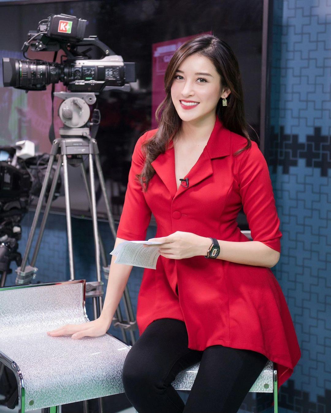 Á hậu Huyền My gây chú ý khi đeo đồng hồ 3 tỉ dẫn truyền hình
