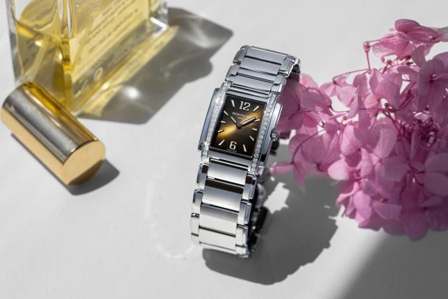 Hai thập kỷ tỏa sắc trên cổ tay phái đẹp của đồng hồ Patek Philippe Twenty ~ 4 Ladies