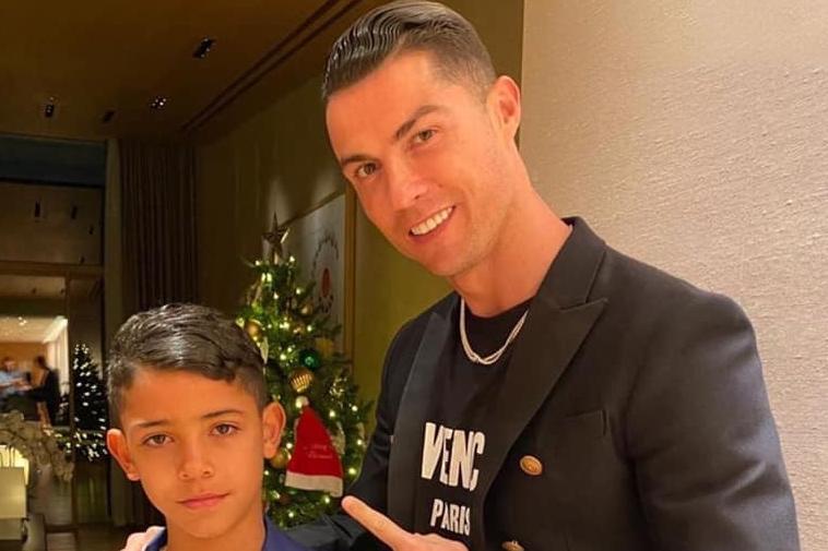 Bố con Ronaldo đeo đồng hồ triệu đô dịp lễ Noel 2019